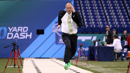Rich Eisen runs the 40 yard dash at NFL Scouting Combine